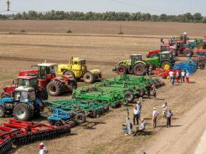 Тракторы в полях